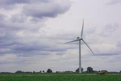 énergie de puissance d'eco d'idée de concept turbine de vent sur la colline avec le coucher du soleil images libres de droits