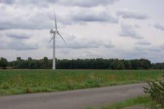 énergie de puissance d'eco d'idée de concept turbine de vent sur la colline avec le coucher du soleil images stock