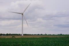 énergie de puissance d'eco d'idée de concept turbine de vent sur la colline avec le coucher du soleil photos libres de droits