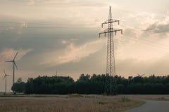 énergie de puissance d'eco d'idée de concept turbine de vent sur la colline avec le coucher du soleil photographie stock