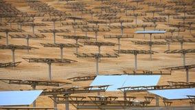 Énergie de substitution, batteries solaires dans le désert Images stock