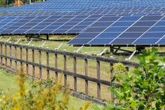 Énergie de substitution produite par les panneaux solaires Images stock