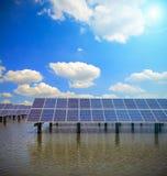 Énergie et développement durable verts de l'énergie solaire images stock
