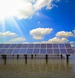 Énergie et développement durable verts de l'énergie solaire photographie stock libre de droits