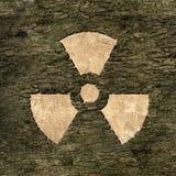 Énergie nucléaire de signe sur l'écorce Image libre de droits