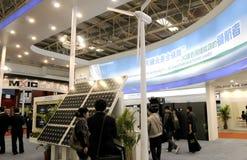 Énergie propre avec la batterie solaire et le moulin à vent Image stock