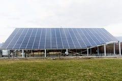 Énergie renouvelable de panneaux solaires Images stock