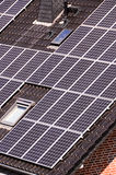 Énergie renouvelable verte avec les panneaux photovoltaïques Image libre de droits