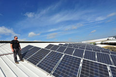 Énergie solaire - l'électricité verte photographie stock
