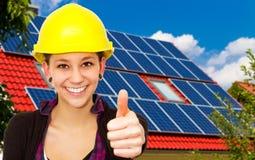 Énergie solaire, pouce vers le haut ! Image libre de droits