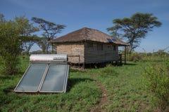 Énergie solaire utilisée pour la hutte sur la savane africaine Image libre de droits