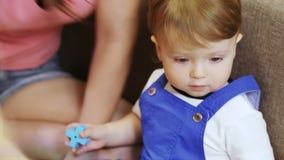 Énigme d'enfants dans des mains d'enfant banque de vidéos