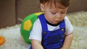 Énigme d'enfants dans des mains d'enfant clips vidéos