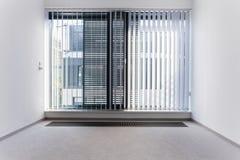 Énorme fenêtre dans le bureau vide Image libre de droits