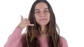 Éntrenos en contacto con, llámeme gesto por el fondo latino del blanco de la mujer metrajes
