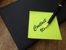 Éntrenos en contacto con nota foto de archivo libre de regalías