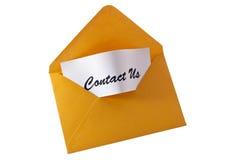 Éntrenos en contacto con tarjeta en mensaje amarillo Foto de archivo