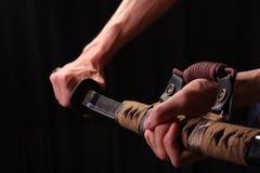 Épée de samouraï de fixation d'homme Photographie stock libre de droits