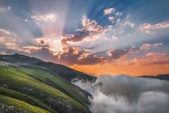Épée du soleil au coeur des nuages images libres de droits