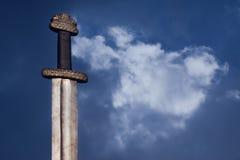 Épée médiévale de Viking contre un ciel dramatique Image stock