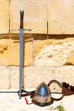 Épées, casque contre Image libre de droits