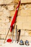 Épées, drapeau, casque contre Images libres de droits