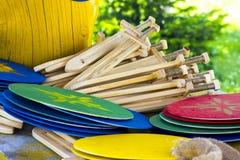 Épées et boucliers en bois du ` s d'enfants Image stock