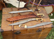 épées pointues de couteaux d'armes médiévales ou romaines Photos libres de droits