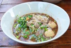 Épaississez la nouille de riz de blanc de coupe fine de soupe en Thaïlande image stock