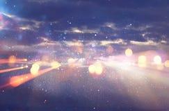Épanouissement abstrait de lentille image de concept de fond de voyage de l'espace ou de temps au-dessus des couleurs foncées et  Photo stock