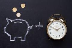 Épargnez l'argent avec la tirelire et chronométrez le concept photo stock