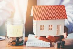 Épargnez l'argent pour le coût à la maison Image libre de droits