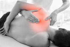 Épaule accentuée de l'homme à la physiothérapie image libre de droits