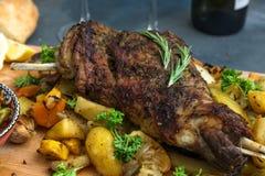 Épaule d'agneau de rôti avec les vegs cuits au four, vue étroite image libre de droits