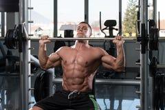 Épaules d'exercice avec le Barbell Image libre de droits