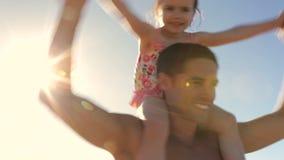 Épaules de Carrying Daughter On de père tournant autour clips vidéos