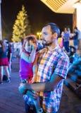 Épaules de Carrying Son On de père pendant Photo libre de droits