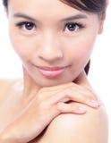 Épaules de contact de jeune femme avec le visage de sourire images stock