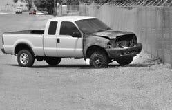 Épave brûlée de camion sur le bord de la route Photo stock