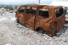 Épave brûlée de voiture après éruption de volcan Images stock