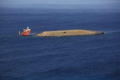 Épave cassée abandonnée de bateau photographie stock libre de droits