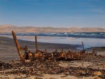 Épave de bateau de Devasted sur la plage photographie stock libre de droits