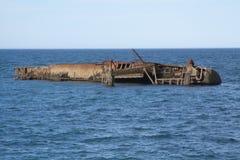 Épave de bateau par la ville images stock
