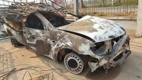 Épave de voiture, accident et mis le feu Image stock
