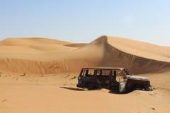 Épave de voiture dans le désert Photographie stock