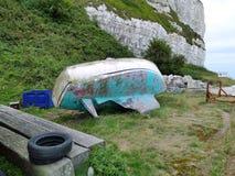 Épave en bois détruite de bateau de pêche laissée sur le rivage photo stock