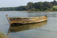 Épave en bois de bateau sur un estuaire de marée Images stock