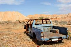 Épave rouillée de voiture dans le désert, Australie du sud images stock
