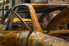 Épave rouillée et brûlée de voiture Photo libre de droits