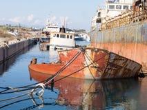 Épave submergée de bateau dans un dock Photos libres de droits